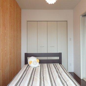 寝室はコンパクトにして最低限、という感じです
