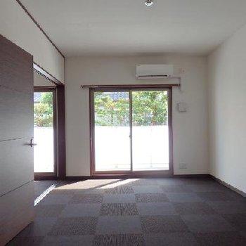 床はチェック柄のカーペットフロア※写真は別部屋