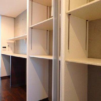 キッチン裏手には棚+パントリールームが※写真は別部屋