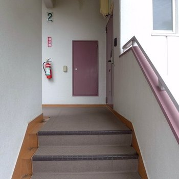 エレベーターがないので階段で