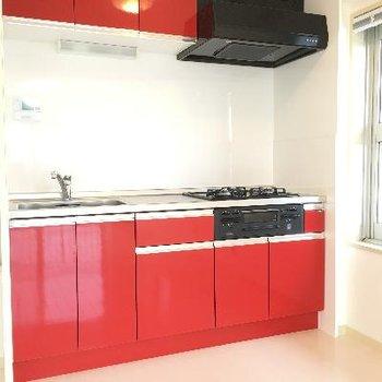 赤いキッチン!三口グリル付きの本格キッチンでした!