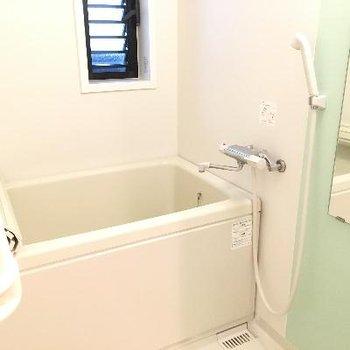 お風呂に小さな窓がついていました
