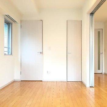こちら洋室。5帖ですが仕切りが開いていると開放感があります。