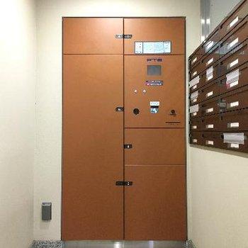 宅配ボックスとメールボックス。エントランス左にあります