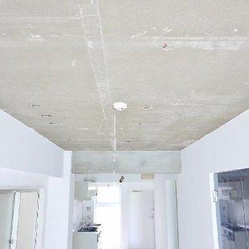 天井は無機質に。