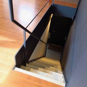 こちらの階段で下のフロアへ