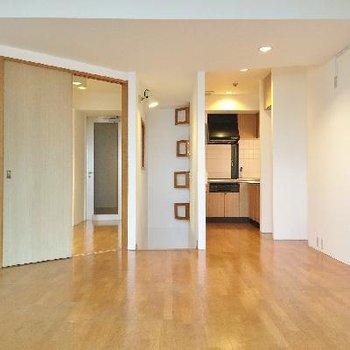 こちらはLDK。右がキッチン。左は納戸。