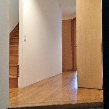 玄関は和風黒タイル。良い。