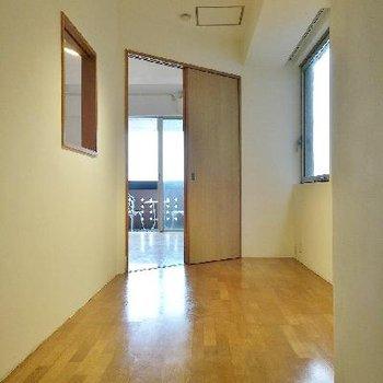 LDK横の納戸。※納戸は窓がないお部屋の事を言うので、実際はチャントしたお部屋です。