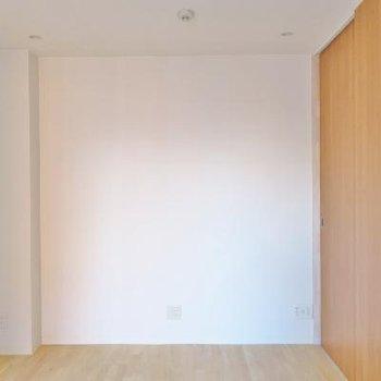 2つ目の個室。ダブルベッド入れても余裕がありそう。