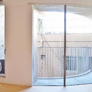 1つ目の個室。窓がまあるくラウンド。