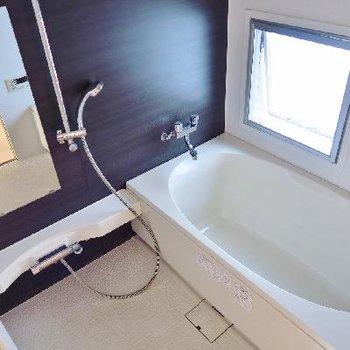 小窓がついてて明るいお風呂!