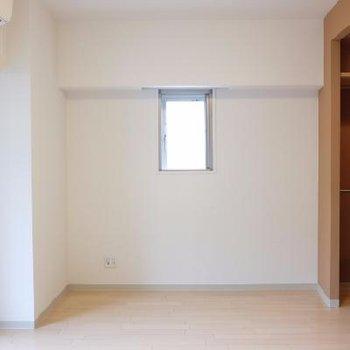 右側の茶色収納みてください!※写真は別部屋です