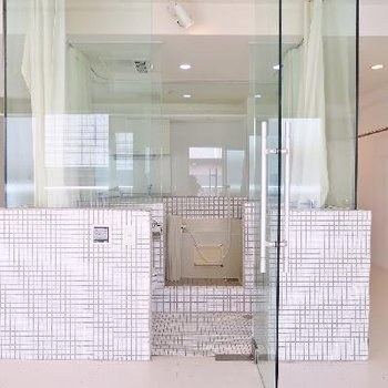 スケルトン×ホワイトタイルのお風呂が主役。