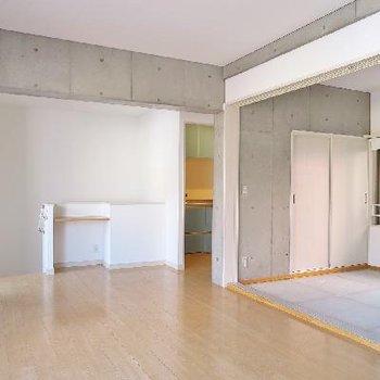 リビングの横に和室、そして、生い茂る緑!※畳が敷かれます。