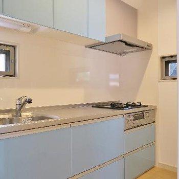 淡い水色のキッチン。