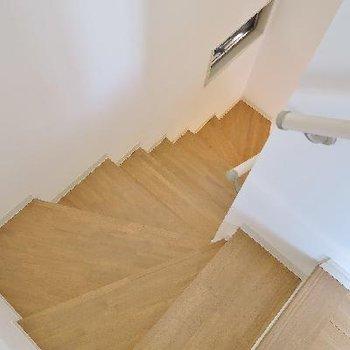 階段にも小窓。こんにちは。