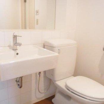 トイレと洗面はお隣さんです。