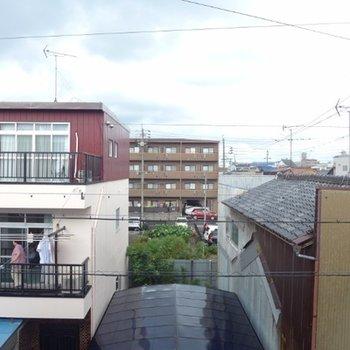 住宅街なので向かいには民家があります※写真は北向きの別部屋