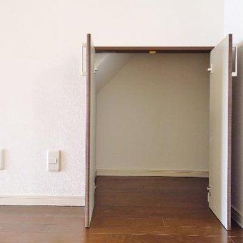 階段下にも収納があります◎