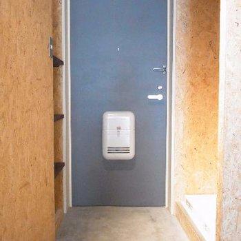 玄関横に冷蔵庫を。