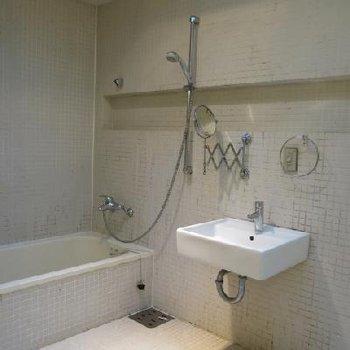 お風呂は1階にあり、インパクト大。