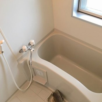 お風呂にも小窓付き!