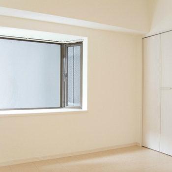 寝室には出窓が!