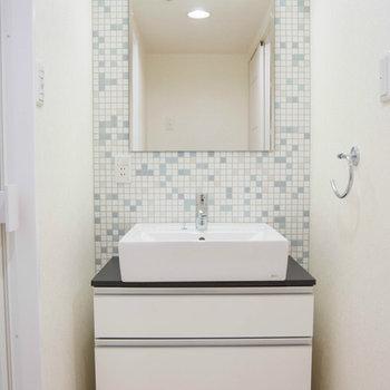 洗面台も水色のタイル