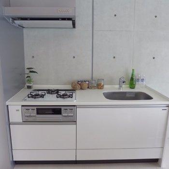 キッチンは3口ガス、グリル付き