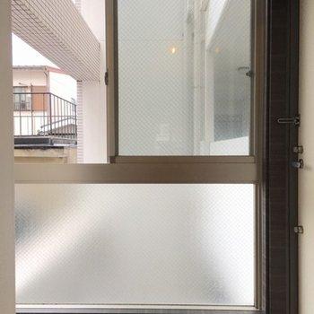 玄関には大きな窓!