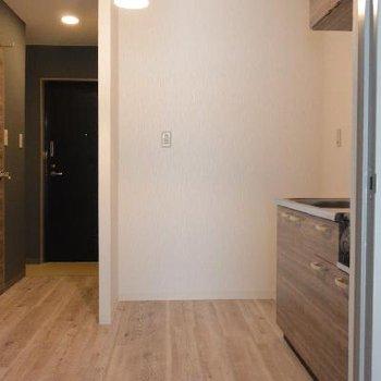 冷蔵庫置き場が広くて素敵。スリムな食器棚置けそうです