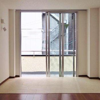 窓際はサンルームっぽくタイル張りに。
