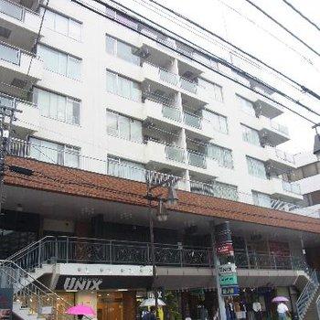 1階部分は店舗が入っています。