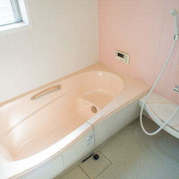 換気もバッチリ広い浴室です。