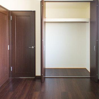 寝室にも窓があって明るいです。※写真は202号室