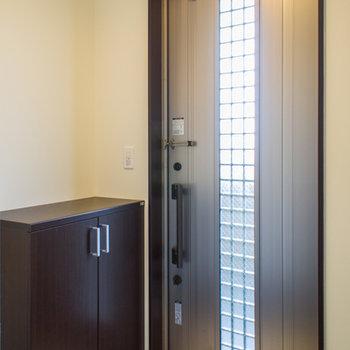 玄関扉は鍵か2箇所で安心。写真は202号室
