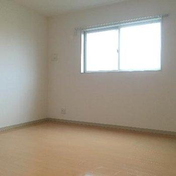 小さい方の洋室です。小さいと言っても7.8帖もあるので広々!