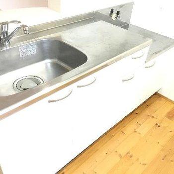 キッチンです。システムキッチンではないのでコンロは自分のお気に入りのものを!