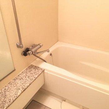 お風呂です。若干狭めですかね