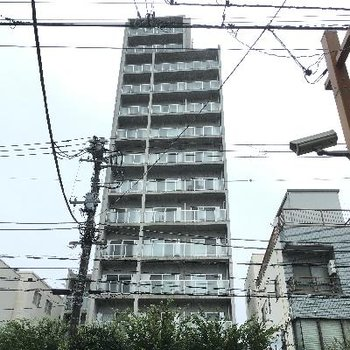 外観。14階建てなのでとても存在感があります