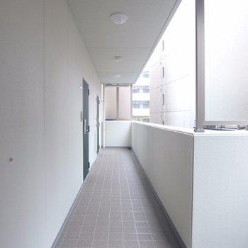 共用廊下も明るく綺麗