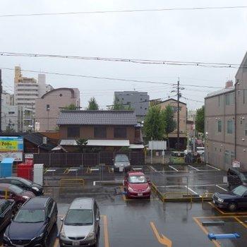 建物目の前はコインパーキング※写真は別部屋(2階の眺望)