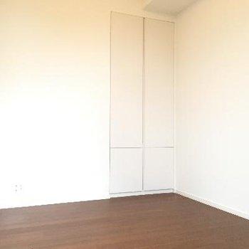 こちら小さな洋室です。リビングとはスライドドア出しきれる形に