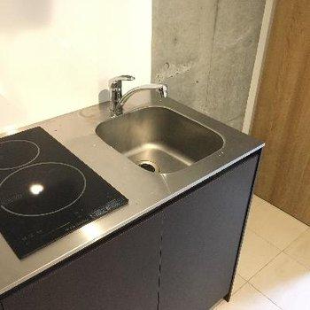 キッチンは小さめですが、二口ありますよ!