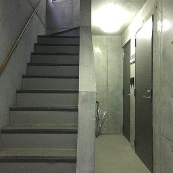 共用部の階段!こちらも基地のようでスタイリッシュ