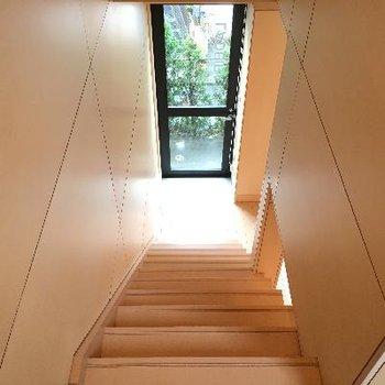 階段。降りるのもなんだかワクワクさせてくれます。