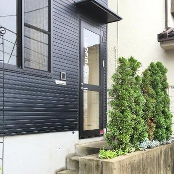 玄関です。緑が適度にあって良い感じ♪