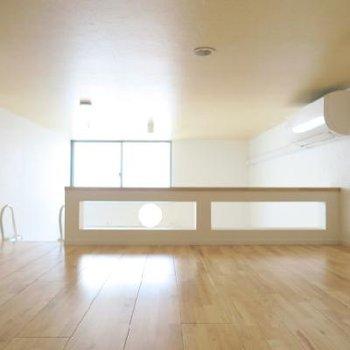 上にも窓があるので明るいんです*写真は別室です