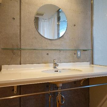 洗面台の丸い鏡がオシャレ!
